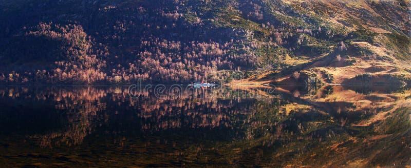 Łódź na Ullswater panoramie obraz stock