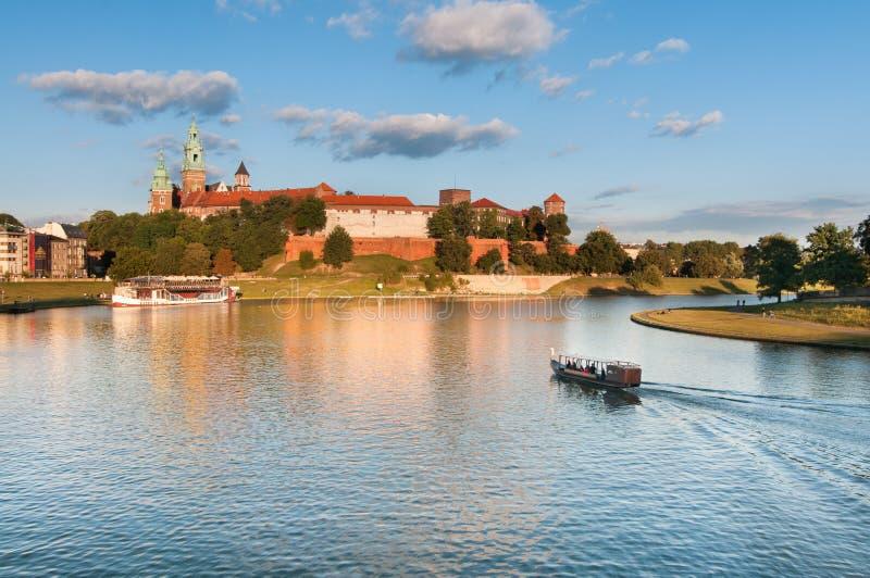 Łódź na Vistula rzece blisko Wawel Królewskiego kasztelu w Krakow, Polska fotografia royalty free