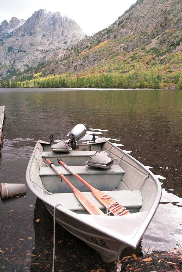 Łódź odpoczywa w wodzie przy pięknym jeziorem na spadku dniu obraz stock
