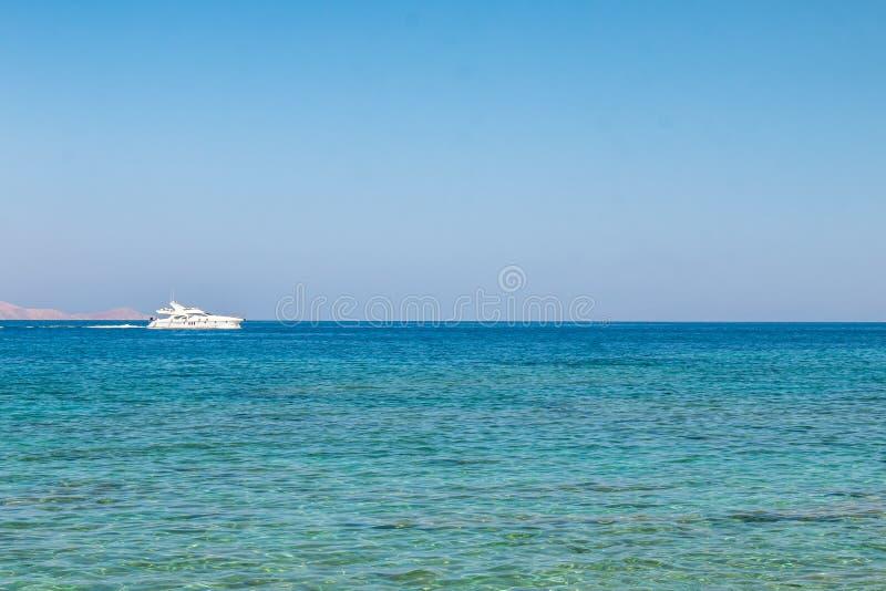 Łódź pływa daleko na otwartym morzu Jacht na morzu Luksusowa letnia przygoda, aktywne wakacje na Morzu Śródziemnym zdjęcie stock