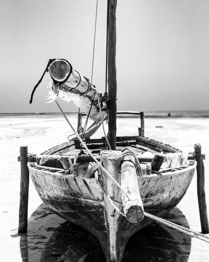 Łódź podczas przypływu na słynnej wyspie Zanzibar zdjęcia royalty free