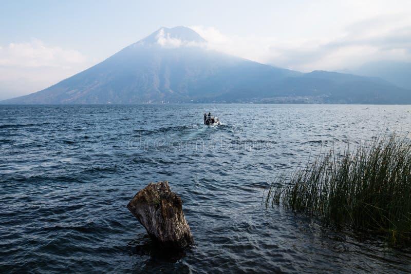 Łódź podczas zmierzchu przy Jeziornym Atitlan przy brzeg San Marcos, Gwatemala obraz royalty free