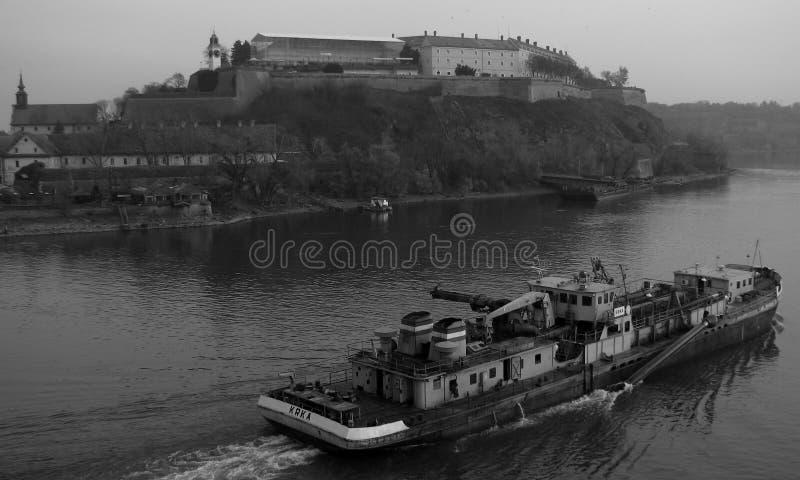 Łódź podróżuje puszek i Danube za Novi Sad, SERBIA, NOVI SAD - zdjęcia royalty free