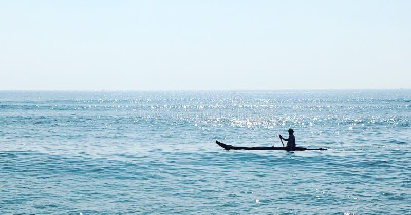 Łódź przy głębokim błękitnym morzem zdjęcia royalty free