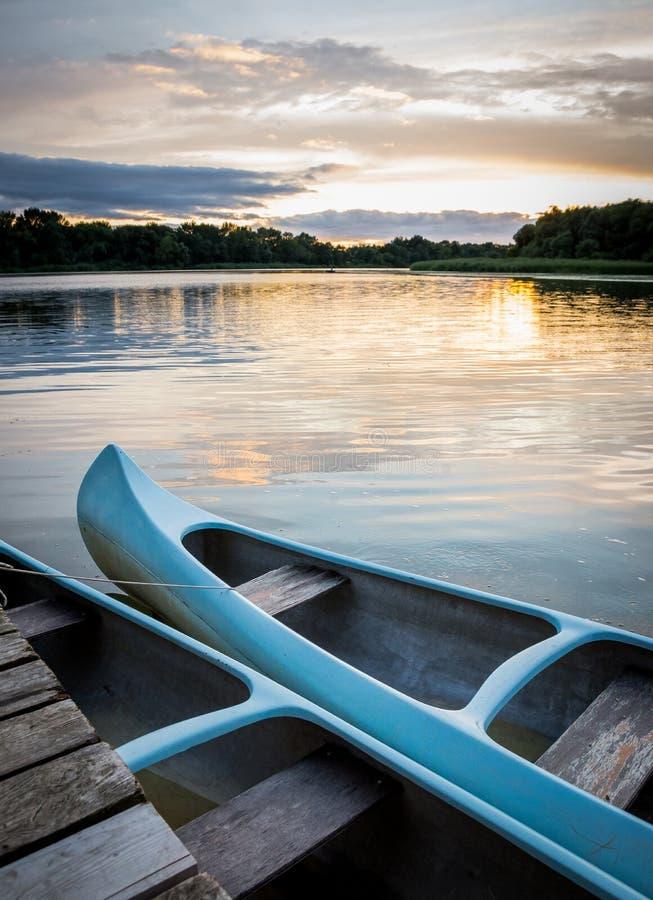 Łódź przy jeziorem obraz stock