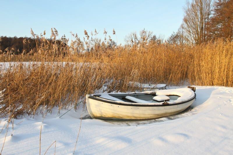 Łódź przy jeziorem w zimie zdjęcie royalty free