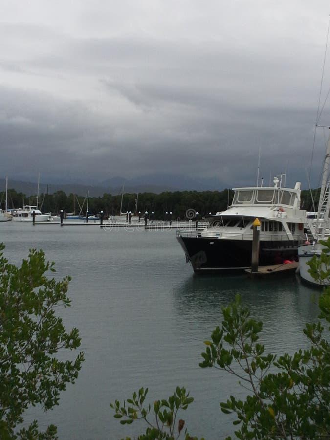 Łódź przy marina zdjęcie stock