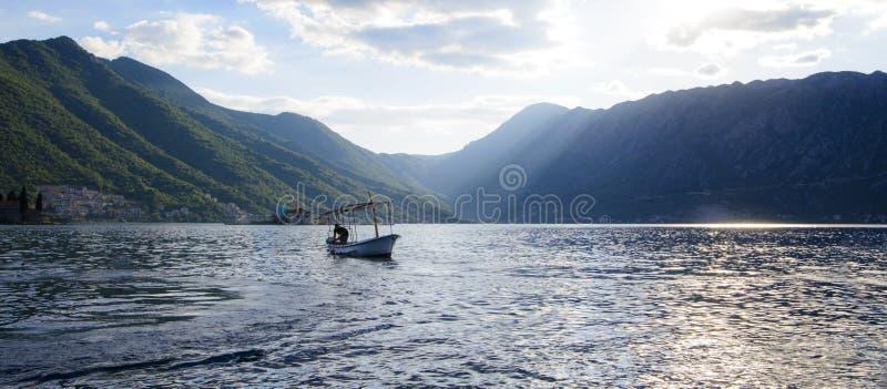 Łódź przy molem w zatoce przy zmierzchu Adriatyckiego morza Pięknym widokiem obrazy royalty free