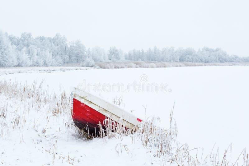 Łódź przy plażą w zima krajobrazie obraz stock