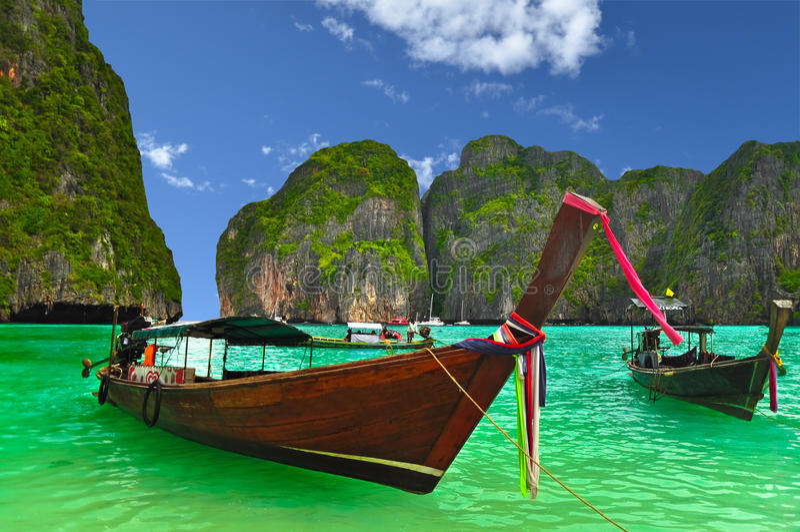 Łódź przy Tajlandia plażą zdjęcie royalty free