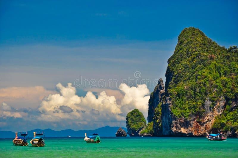 Łódź przy Tajlandia plażą zdjęcia stock
