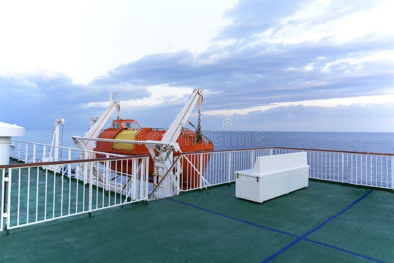 Łódź ratunkowa na pokładzie promu pasażerskiego łączącego wyspę Vis i Split, Vis, Chorwacja obraz stock