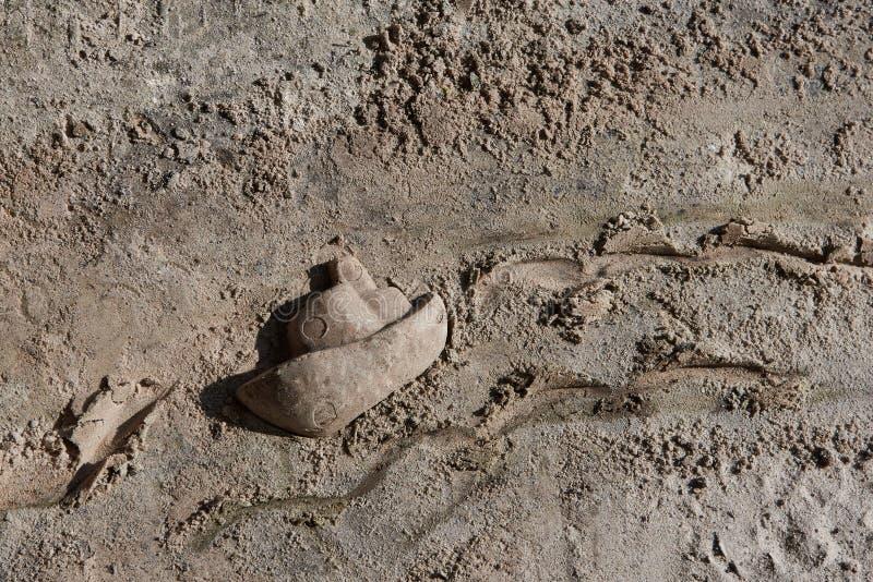 Łódź robić dzieckiem od piaska, łódkowaty żeglowanie w falach fotografia stock