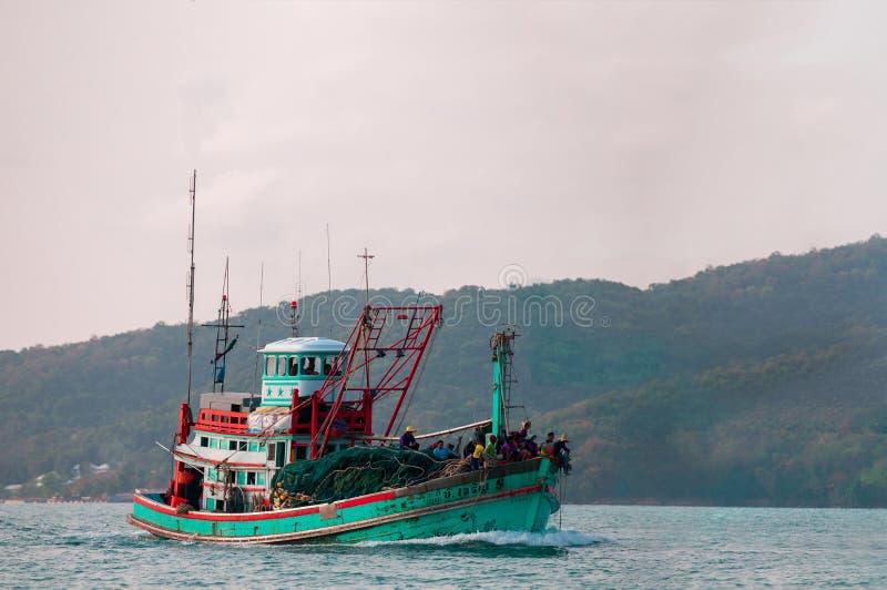 Łódź rybacka żeglująca morzem obrazy royalty free
