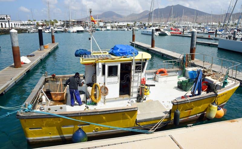 Łódź rybacka cumował w marina Playa Blanca, Lanzarote obrazy stock