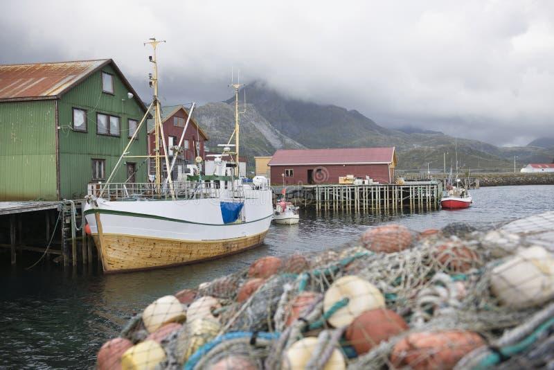 Łódź rybacka cumująca na Lofoten wyspach Norwegia obraz royalty free