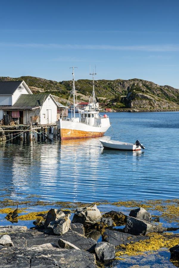 Łódź rybacka cumująca w połowu porcie Lofoten zdjęcia royalty free
