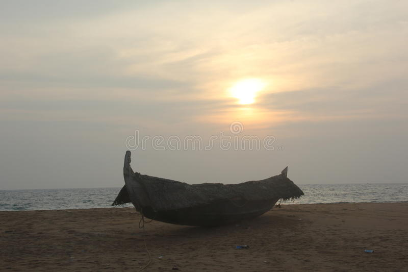 Łódź rybacka na plaży obrazy royalty free