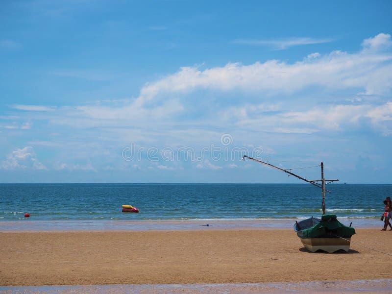 Łódź rybacka na plaży pokojowej obraz stock