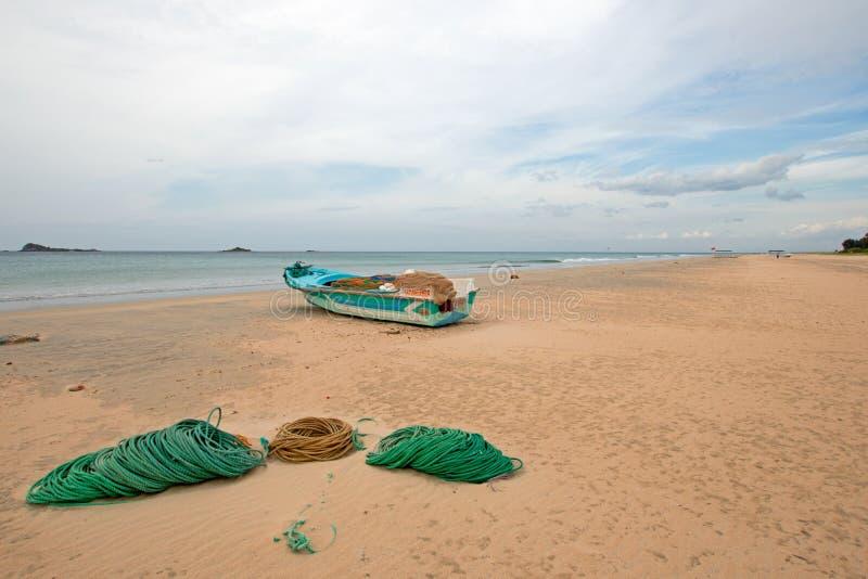 Łódź rybacka obok arkan i sieci na Nilaveli Wyrzucać na brzeg w Trincomalee stanie w Sri Lanka obrazy stock