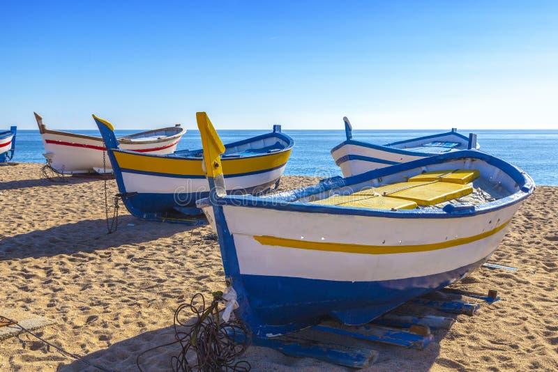 Łódź rybacka odpoczynek na złotej piasek plaży zdjęcia stock