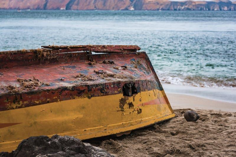 Łódź rybacka opuszczał na plaży w Paracas, Peru zdjęcie royalty free