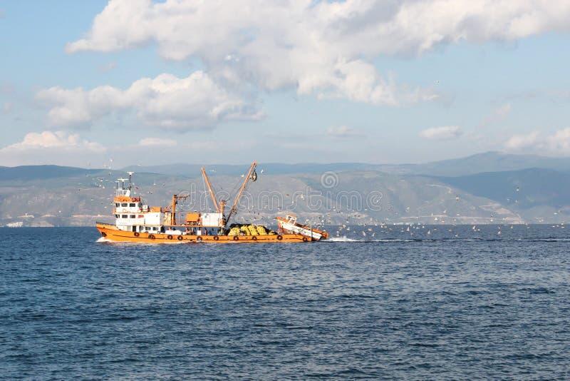 Łódź rybacka pływa statkiem przy morzem fotografia stock