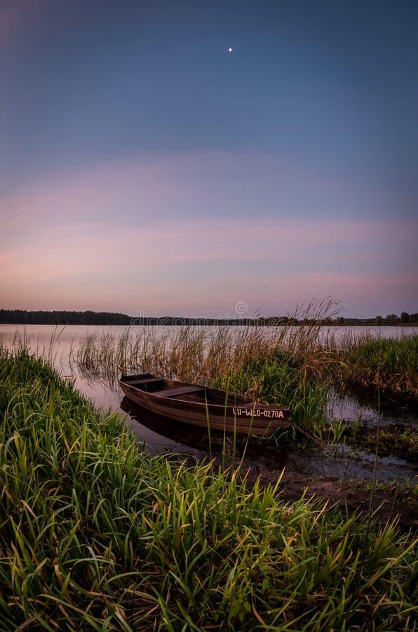 Łódź rybacka przeciw niebu przy świtem zdjęcia stock