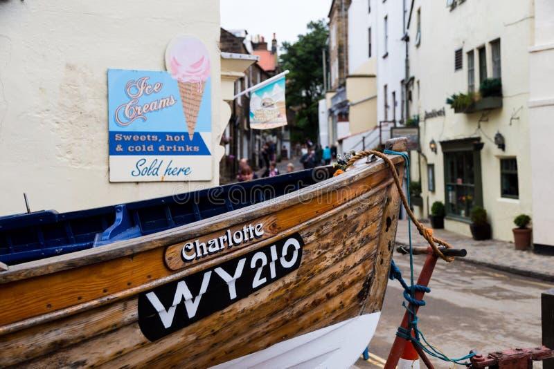 Łódź rybacka przy końcówką ulica w rudzików kapiszonach trzymać na dystans zdjęcia royalty free