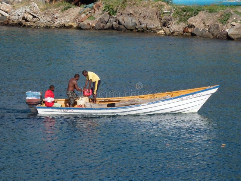 Łódź rybacka tankuje w karaibskim. fotografia stock