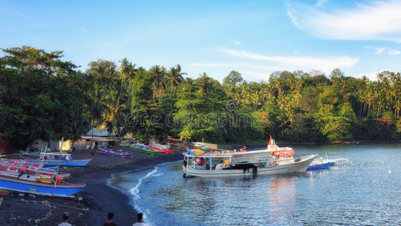 Łódź rybacka w bitung Sulawesi Indonesia schronieniu obraz stock