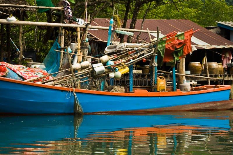 Łódź rybacka w małej wiosce zdjęcie royalty free