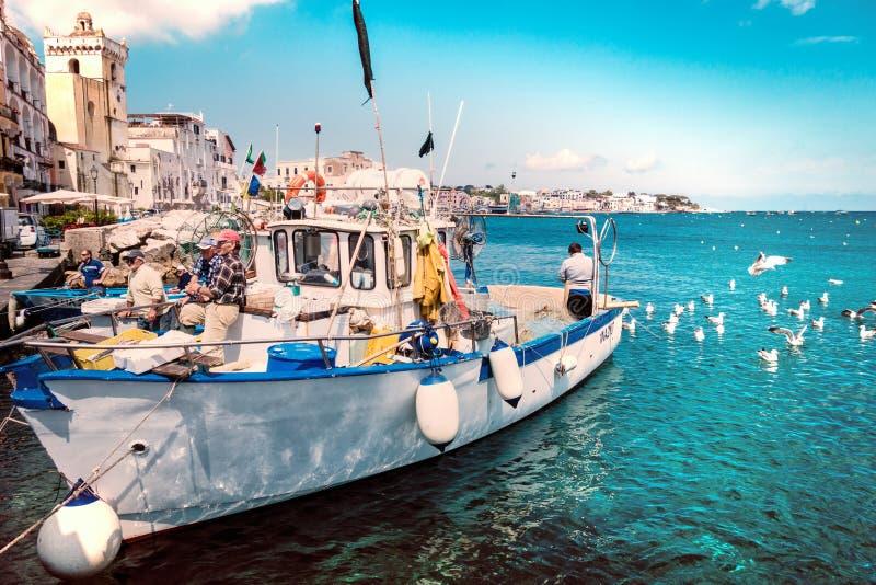 Łódź rybacka w małej wiosce, Ischia wyspa obraz royalty free