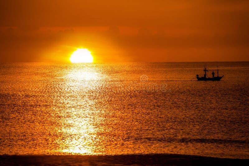 Łódź Rybacka w morzu i wschód słońca w ranku zdjęcia royalty free