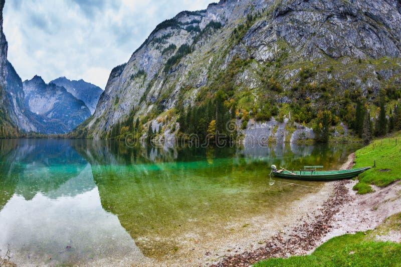 Łódź rybacka w płyciznach jezioro obraz royalty free