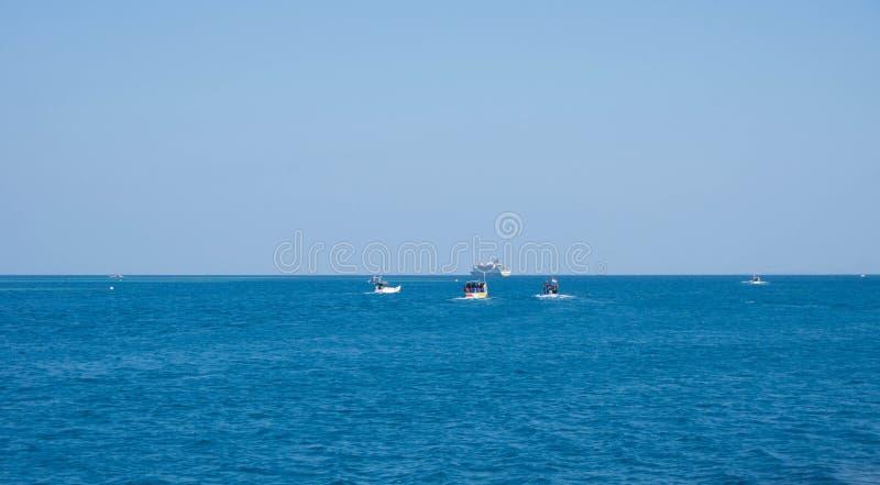 Łódź rybacka z głębokim błękitnym ciemnym morzem w karimun jawie obrazy stock