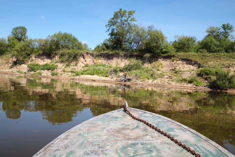 Łódź unosi się na wodzie zdjęcie royalty free