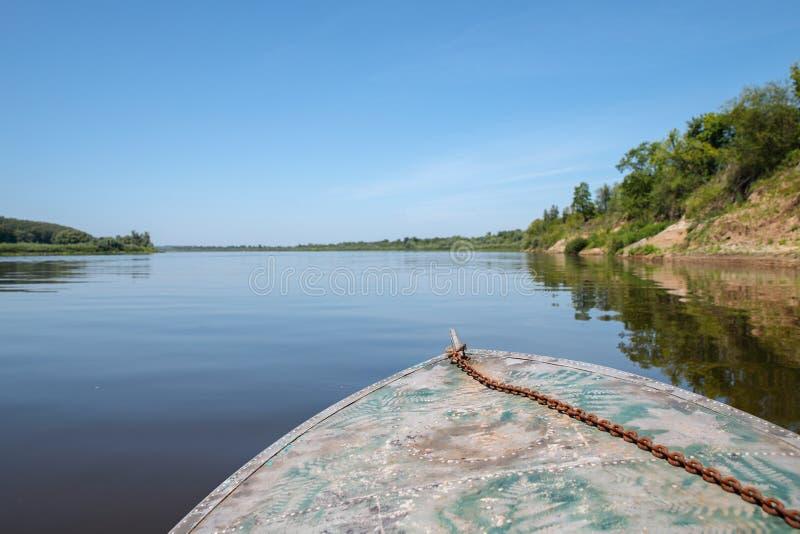 Łódź unosi się na wodzie zdjęcia royalty free