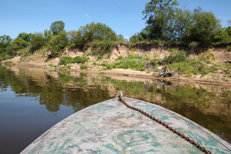 Łódź unosi się na wodzie obraz stock