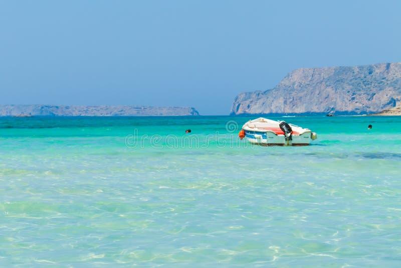 Łódź w Balos lagunie na Crete obrazy stock