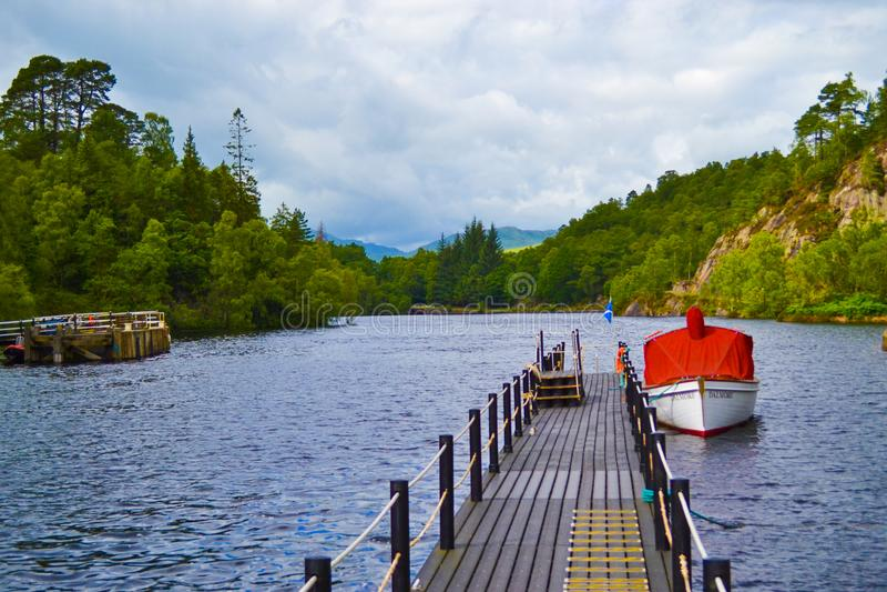 Łódź w doku porcie w Loch Katrine Katrine jeziorze w średniogórzu zdjęcie royalty free