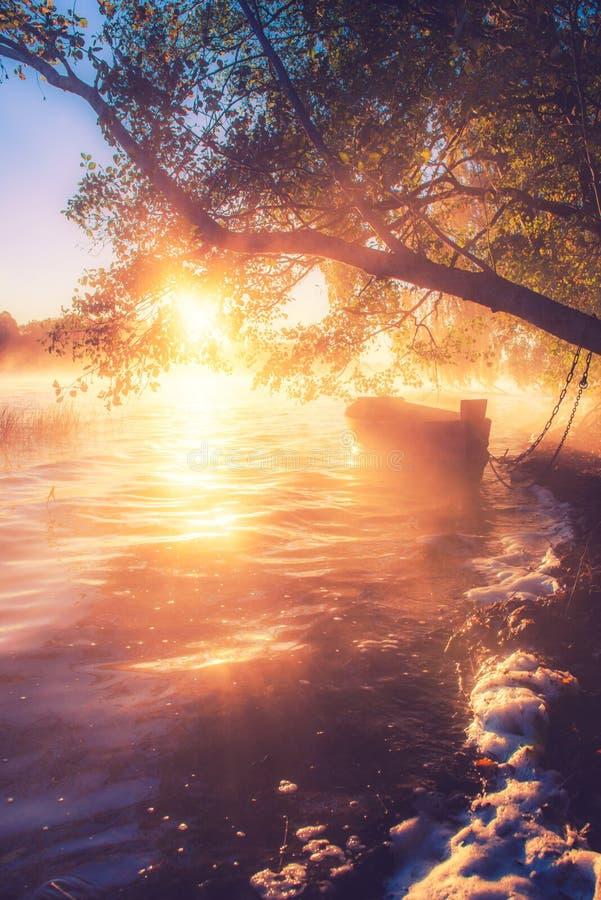 Łódź w jeziorze, wschód słońca obrazy stock