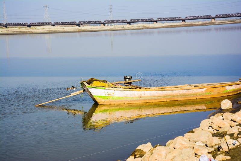 Łódź w Jhelum rzece obrazy royalty free