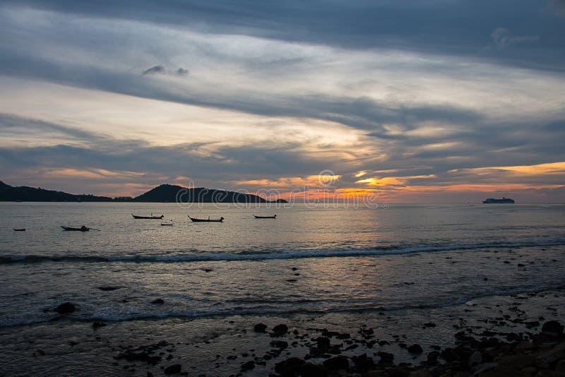 Łódź w morzu i zmierzch na niebie zdjęcia royalty free