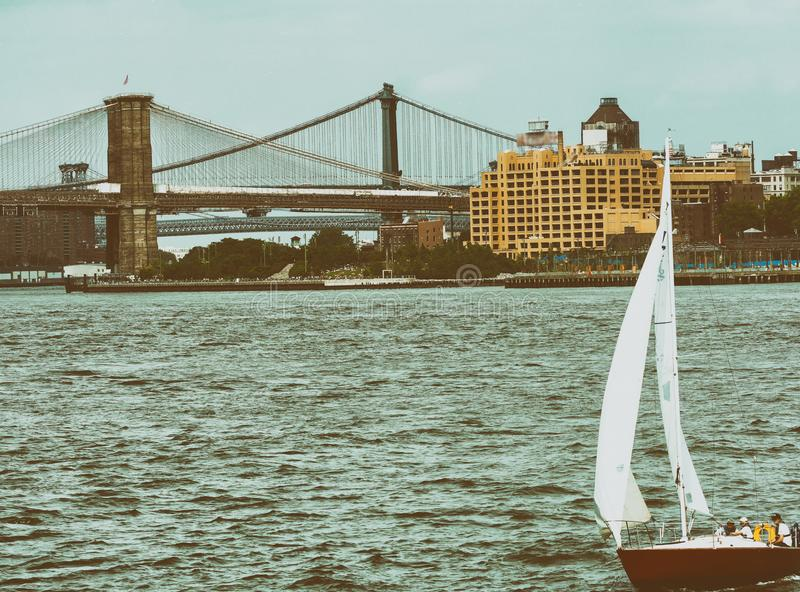 Łódź w Nowy Jork z Brooklyn i Manhattan most w backgroun zdjęcia royalty free