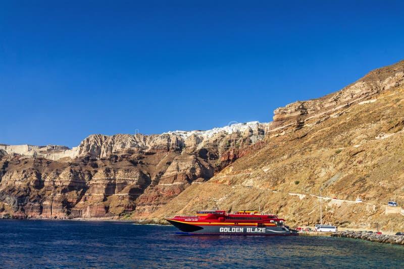 6 26 2013 - Łódź w porcie wyspa Santorini, Cyclades wyspa, Grecja zdjęcie royalty free