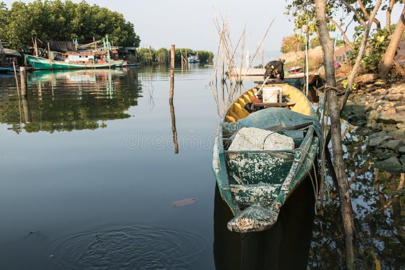 Łódź w rzece w ranku obrazy stock