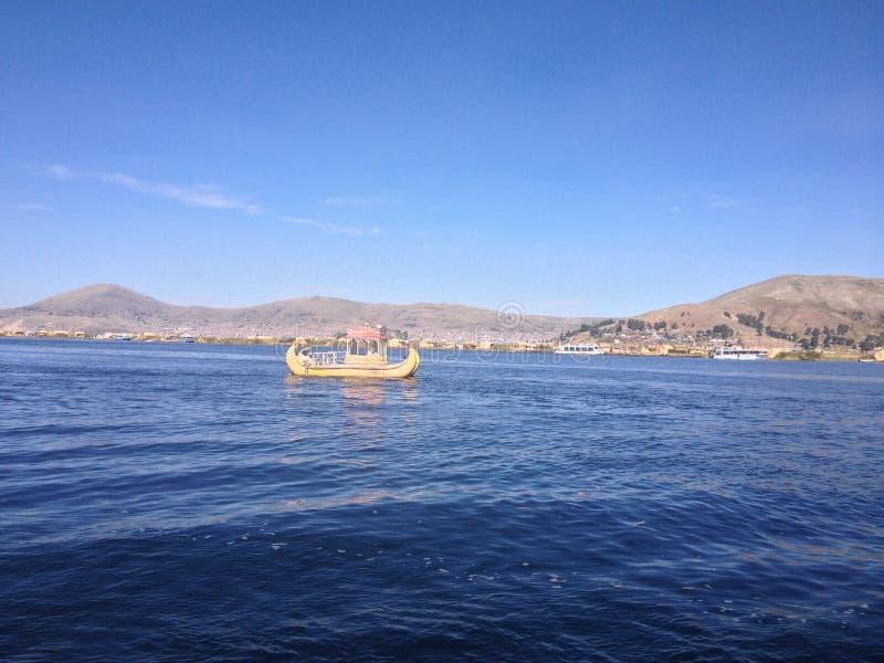 Łódź w Titicaca jeziorze zdjęcia stock