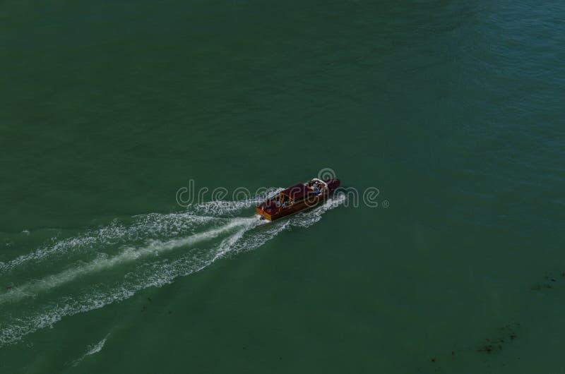 łódź w zielonej wodzie obrazy royalty free