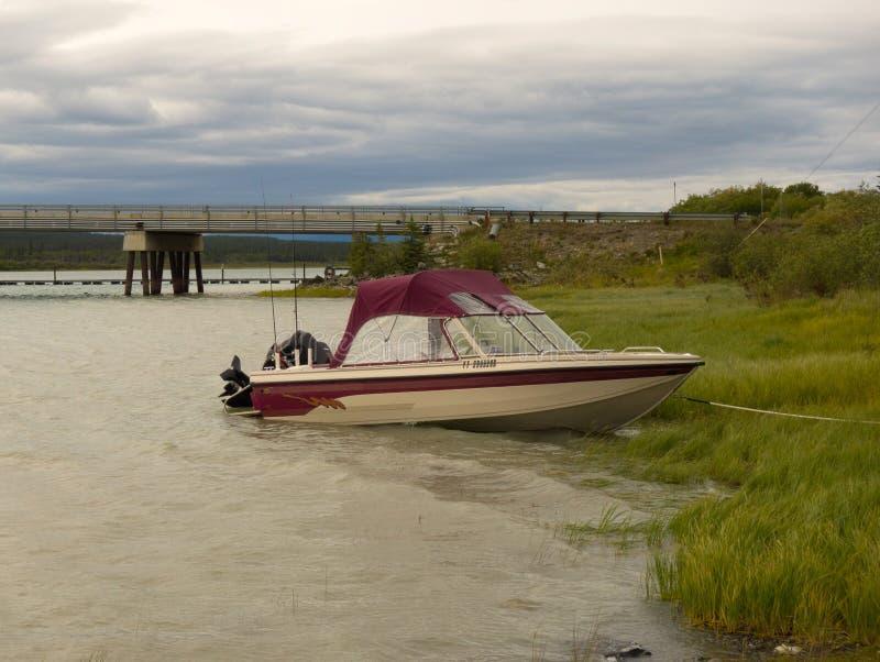Łódź wiążąca riverbank w Alaska obrazy stock